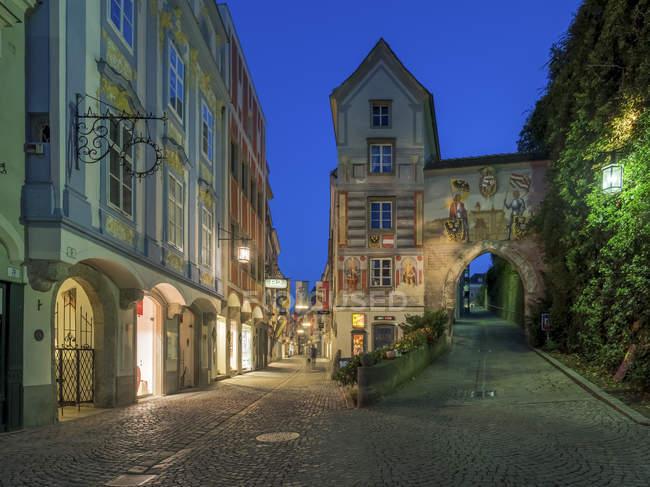 Áustria, Alta Áustria, Steyr, becos na cidade a hora azul — Fotografia de Stock