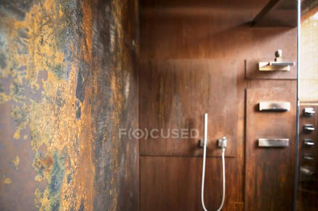 Banheiro com revestimento de parede de aço corten — Fotografia de Stock
