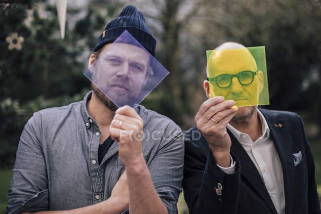 Dos arquitectos mirando a través de material transparente - foto de stock