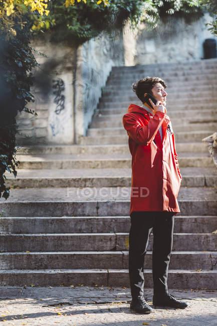 Італія, Верона, туристичні розмови по телефону на вулиці — стокове фото