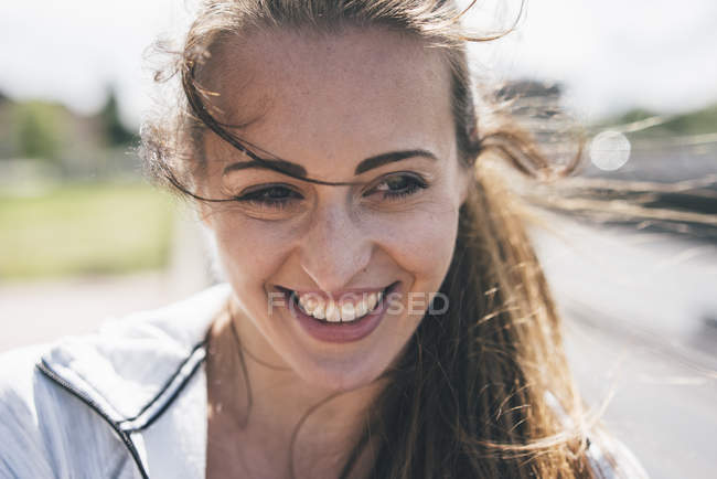 Portrait of smiling sportive young woman outdoors — Stock Photo