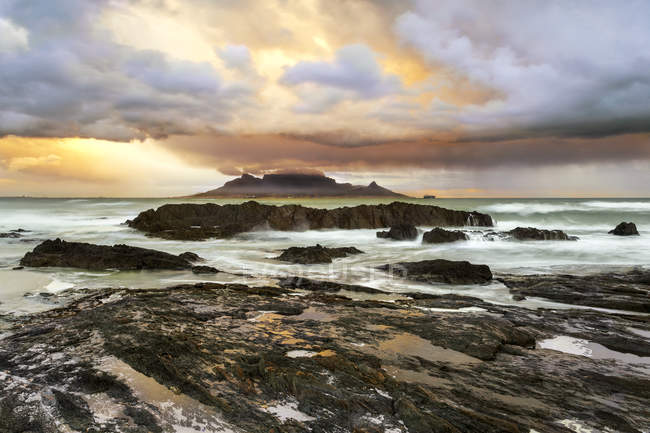 Africa, South Africa, Western Cape, Cape Town, Bloubergstrand, Table Mountain in the morning - foto de stock
