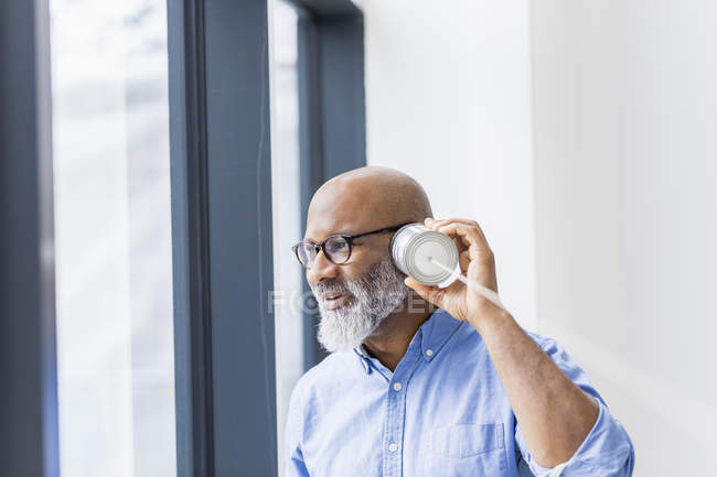 Afrikanischer amerikanischer Geschäftsmann mit Dosentelefon — Stockfoto