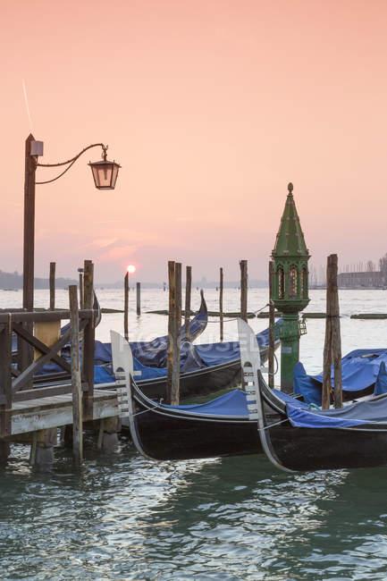 Italia, Venezia, gondole in acqua — Foto stock
