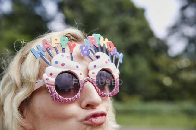Женщина в праздничных очках — стоковое фото