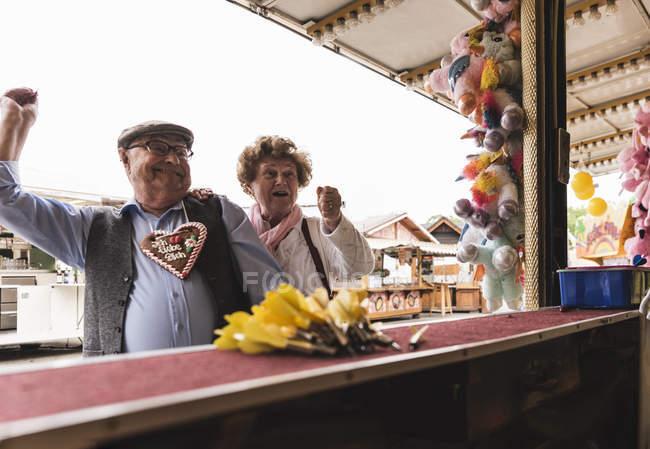 Seniorenpaar hat Spaß auf Jahrmarkt — Stockfoto