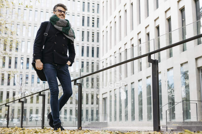 Contenuto uomo d'affari a piedi in città in autunno — Foto stock