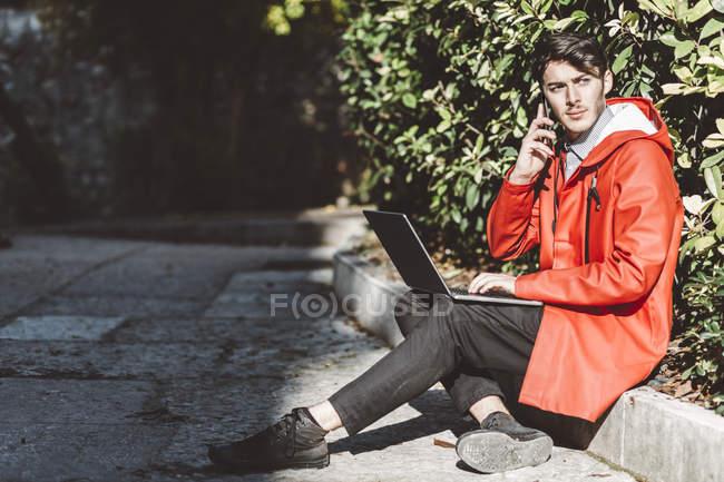Італія, Верона, турист за допомогою ноутбука і смартфона — стокове фото