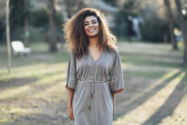Портрет счастливой молодой женщины в парке — стоковое фото