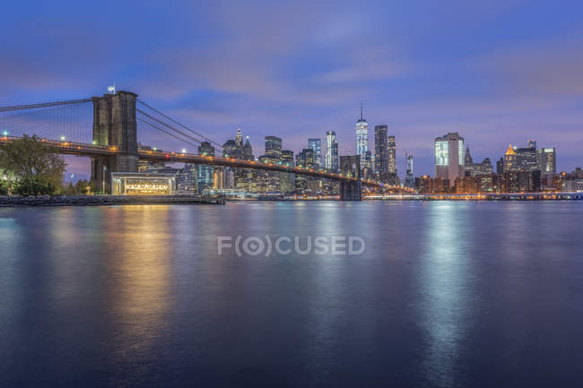 États-Unis, New York, Manhattan, Brooklyn, paysage urbain avec Brooklyn Bridge la nuit — Photo de stock