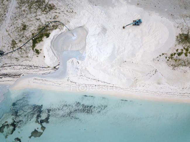 Vista aérea de Maldivas, excavadora en la playa - foto de stock
