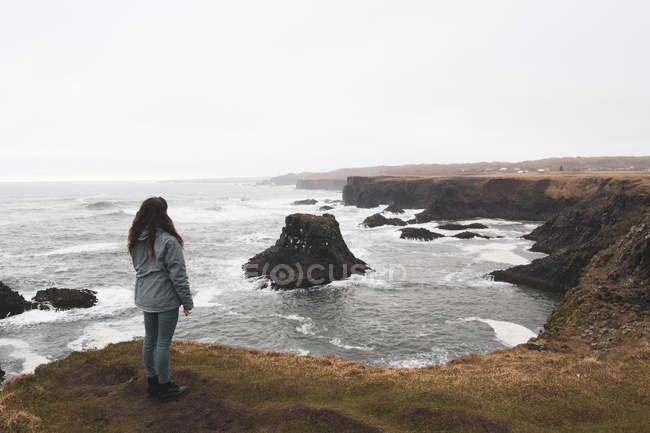 Islande, vue de dos de la femme debout sur la côte — Photo de stock