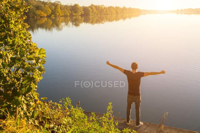 Austria, Obernberg am Inn, vista para trás do homem olhando para o Lago Obernberg — Fotografia de Stock