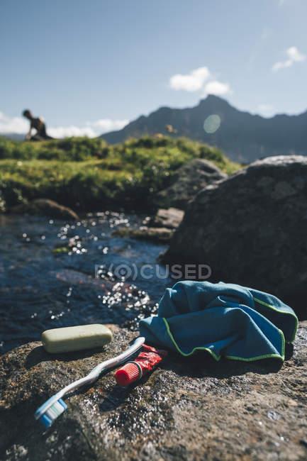 Noruega, Lofoten, Moskenesoy, Washbag e sabão em um Fjord — Fotografia de Stock