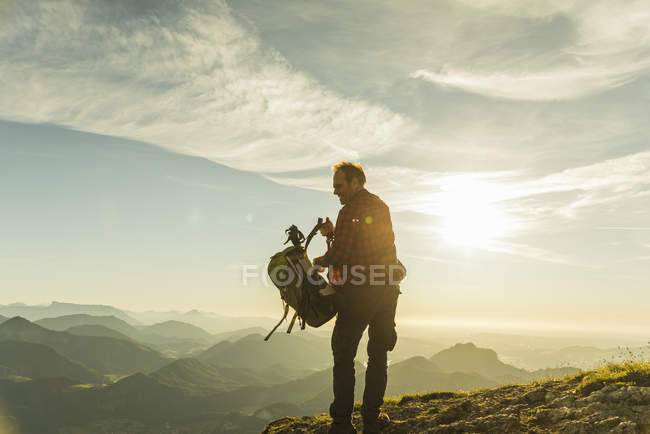 Austrai, Salzkammergut, Hiker removing backpack — Stock Photo