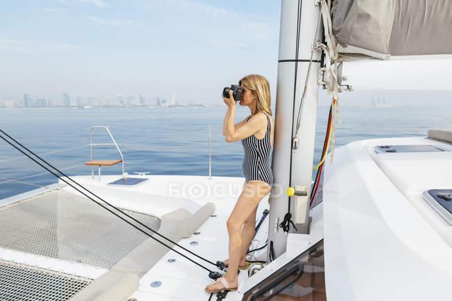 Mature woman on sailing trip photographing skyline of Barcelona — Stock Photo