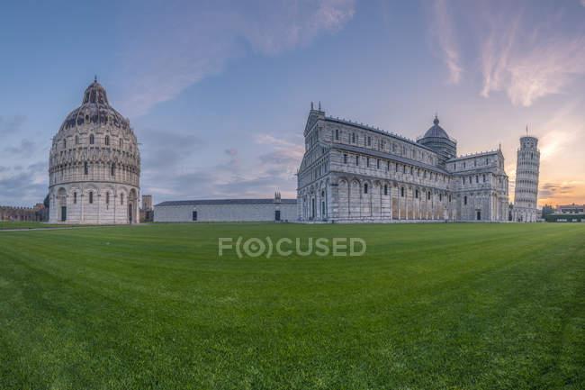Italia, Toscana, veduta del Battistero di Pisa, del Duomo di Pisa e della Torre Pendente di Pisa in Piazza dei Miracoli al tramonto — Foto stock