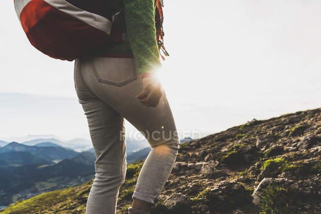 Австрия, Зальцкаммергут, Турист с рюкзаком походы в Альпах — стоковое фото