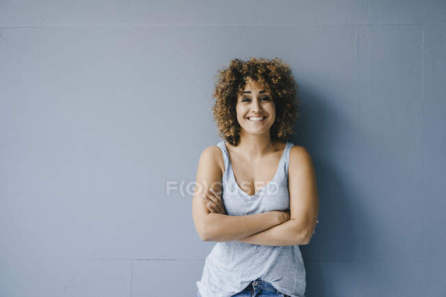 Portarit of a laughing woman with arms crossed — Stock Photo
