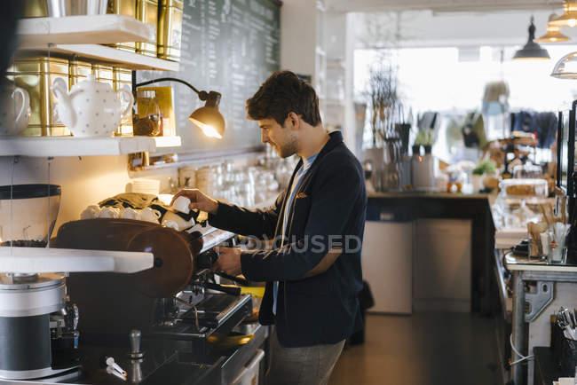 Человек в чашке кофе — стоковое фото