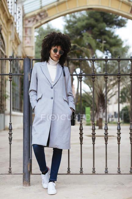 Espagne, Barcelone, femme élégante portant des lunettes de soleil debout à la porte — Photo de stock