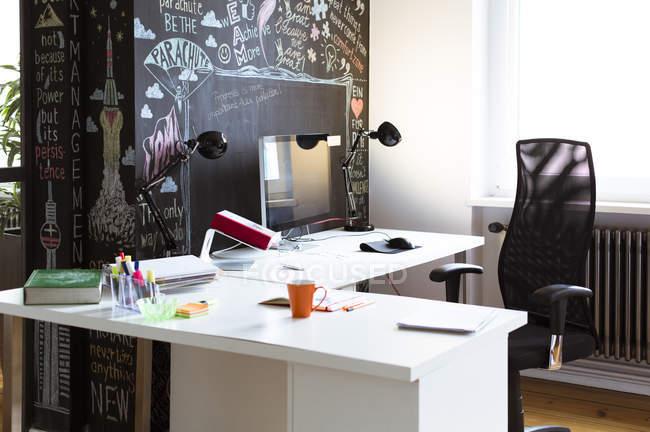 Bureau vide dans le bureau créatif — Photo de stock