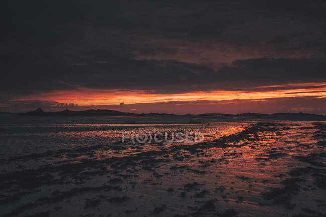 Francia, Bretagna, Landeda, Dunes de Sainte-Marguerite, paesaggio marino con spiaggia al tramonto — Foto stock