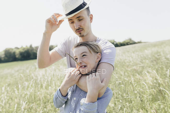 Молодой человек в шляпе и мальчике на поле — стоковое фото