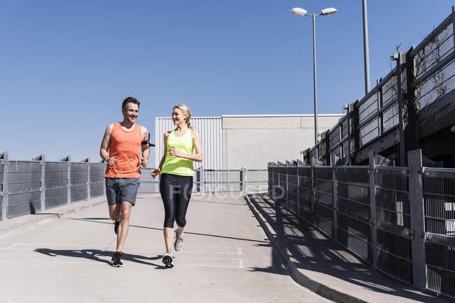 Fittes Paar joggt in der Stadt — Stockfoto