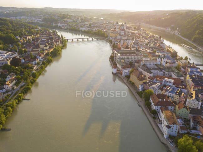 Німеччина, Баварія, Пассау, місто трьох річок, вид на річку Дунай і Інн — стокове фото