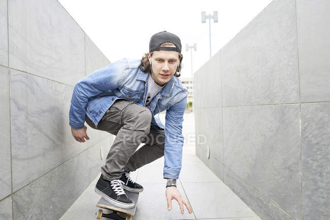 Young man skateboarding in the city — Stock Photo