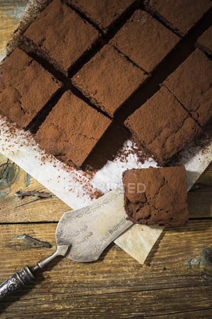 Домашние пирожные на пергаменте — стоковое фото