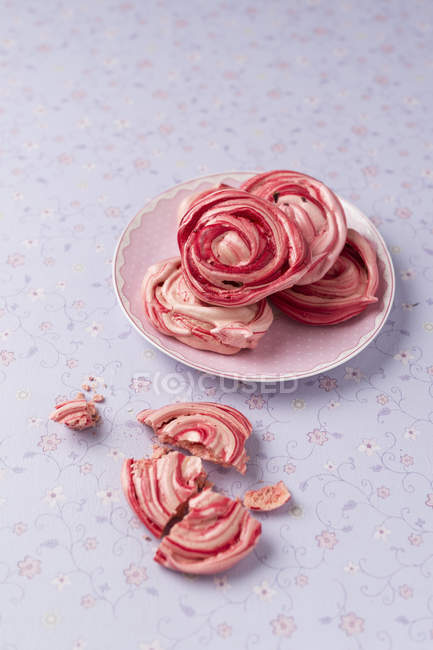Homemade meringue with dried rose blossoms — Stock Photo