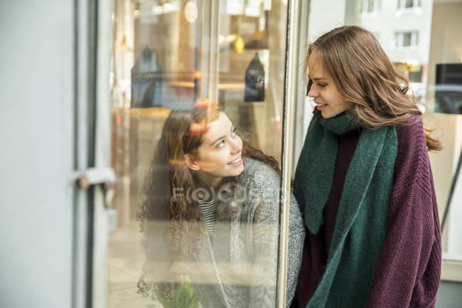 Due ragazze adolescenti alla vetrina — Foto stock