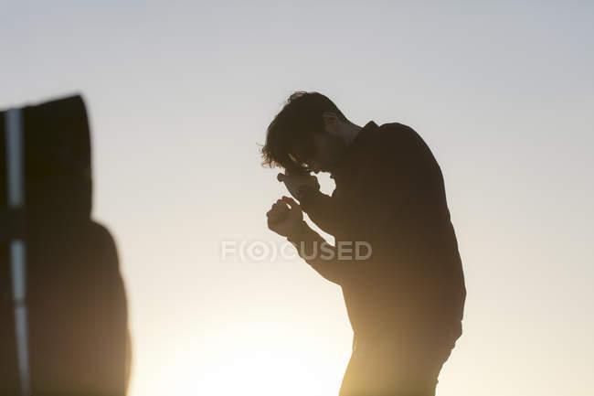 Retrato de un joven al aire libre al atardecer - foto de stock