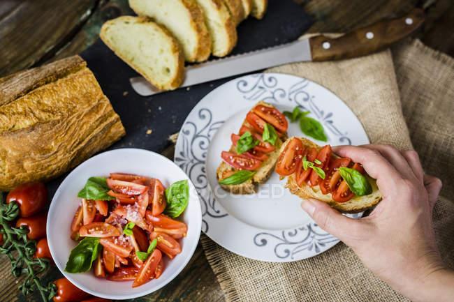 Брускетта, белый хлеб с помидорами и оливковым маслом — стоковое фото