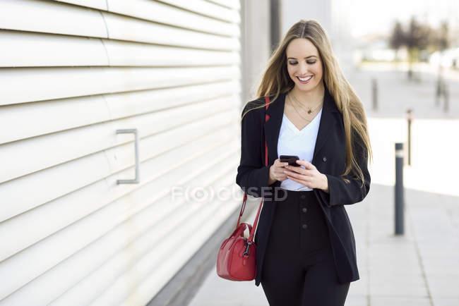 Porträt von Inhalten Geschäftsfrau mit Handy — Stockfoto