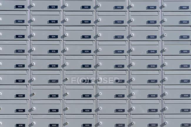 Почтовые ящики с номерами — стоковое фото