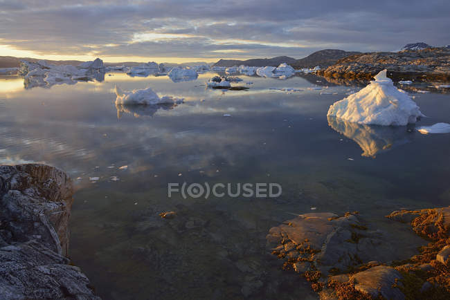 Groenlândia, Gronelândia Oriental, vista de Sarpaq sobre os icebergs do fiorde Sermilik à noite — Fotografia de Stock