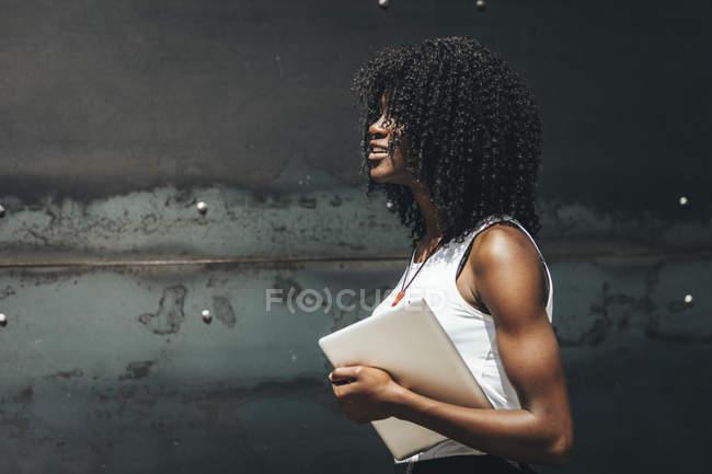 Femme avec tablette marchant dans la rue — Photo de stock