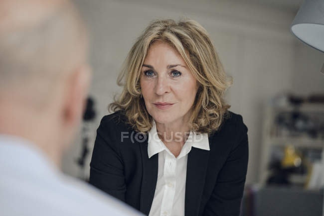 Senior businesswoman looking at colleague — Stock Photo