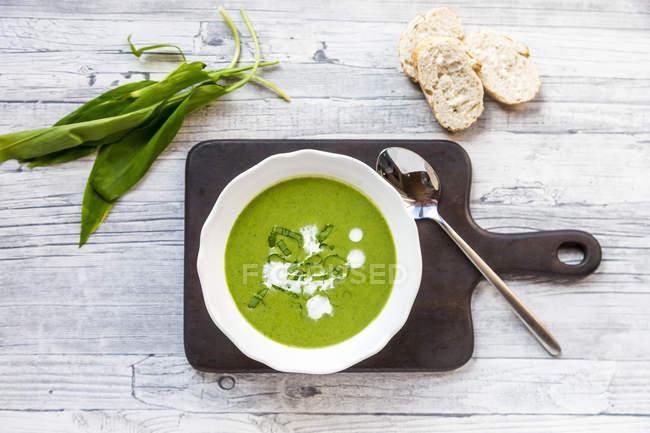 Plat de soupe de ramson garni de ramson et de crème — Photo de stock