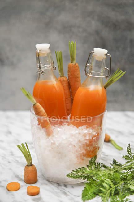 Освежающий морковный сок на мраморе — стоковое фото