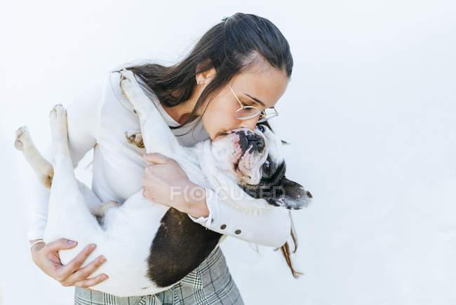 Donna baciare il suo cane — Foto stock