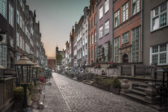 Poland, Gdansk, alley with cobblestone pavement - foto de stock