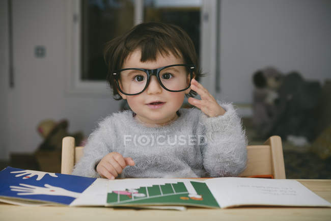 Портрет расслабленной девочки в огромных очках — стоковое фото