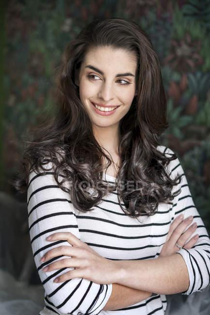 Porträt einer schönen, lächelnden jungen Frau — Stockfoto