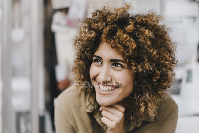 Retrato de una bella mujer riendo - foto de stock