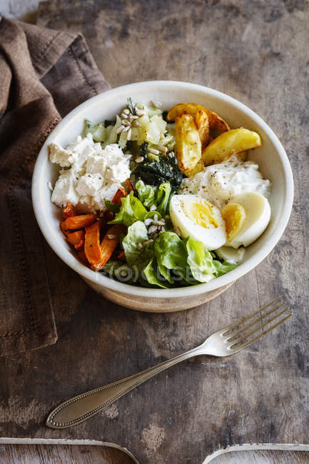 Lunch Bowl mit gebackener Kartoffel und Karotten, Kräuterquark, Salat, Mangold, Feta und gekochtem Ei — Stockfoto