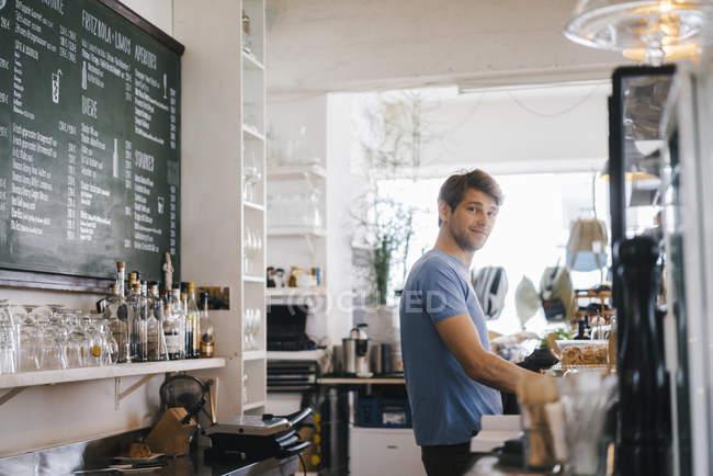 Портрет усміхненого чоловіка в кафе. — стокове фото